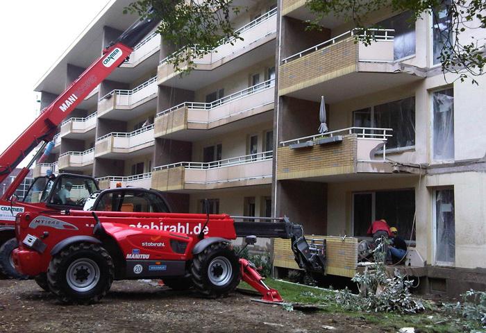 fachgerechte Demontage und Entsorgung vorhandener Geländer, Balkone und Überdachungen