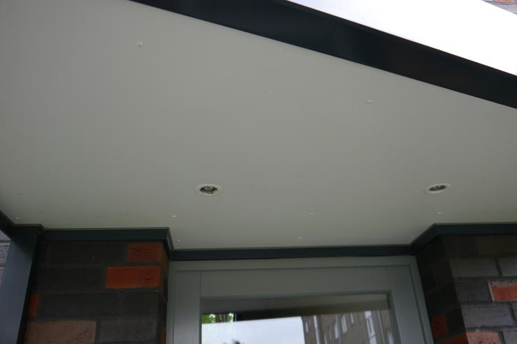 haustuerueberdachung-grau-mit-beleuchtung-unteransicht